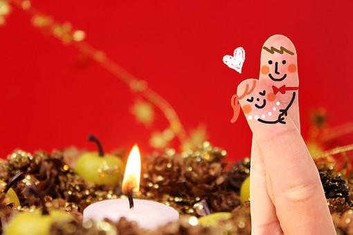 イラスト 合成 指 2本 手 絵 アート 顔 笑顔 スマイル 擬人化 かわいい キュート ポップ カップル 恋人 夫婦 夫妻 新婚 男の子 女の子 彼氏 彼女 男性 女性 旦那さん 奥さん 指人形 ペア ラブラブ ハート 抱きしめる 抱き合う ハグ デザイン 小物 アイテム 背景 赤 レッド キャンドル ロウソク クリスマス Xmas CG