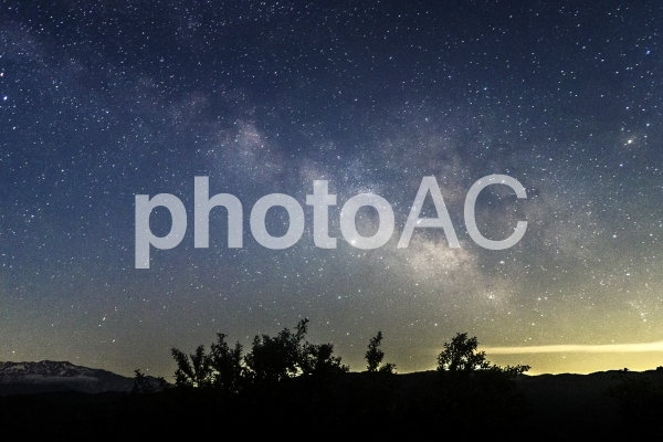 満天の星空と天の川の写真