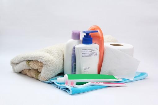 お風呂 お風呂用品 美 シャワー シャンプー 洗う 清潔 青色 ピンク色 こする ボディタオル ハブラシ 磨く 歯磨き粉 ボディソープ ポンプ ボトル オレンジ色 お風呂グッズ ペーパー トイレットペーパー 紙 タオル バスタオル 白背景