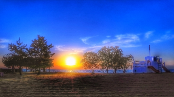 空 晴れ 風景 公園 木 自然 光 船 夕日 太陽 夕景 旅 夜 背景素材 日光 遊具 秋 日暮れ 琵琶湖 夕陽 滋賀県 たそがれ 湖岸 長浜市 暁 びわ湖 屋外で 逆光で シルエットで映す