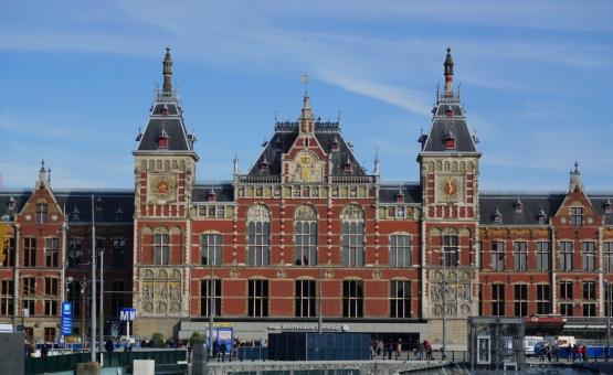 アムステルダム オランダ 鉄道 電車 列車 駅舎 レンガ デザイン 旅行 観光 一人旅 左右対称 建物 ビル 青空