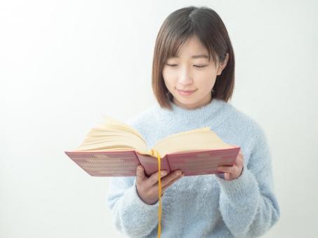 読書をする女性のイメージの写真