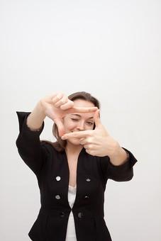 人物 人 人間 女性 白人女性 外国人 レディ 婦人 ロングヘア ブラウンヘア おでこ 額 センター分け  人物写真 ポートレート ポートレイト イギリス人  ジャケット 黒ジャケット  白背景 白バック ホワイトバック 片目 構図 写真 撮影 フレーム フレーミング mdff002