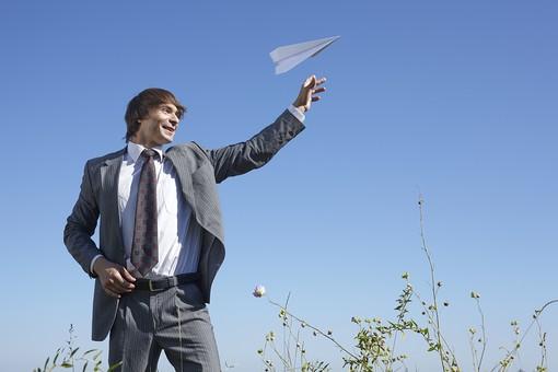 自然 青空 空 青 グラデーション 晴天 天気 晴れ 紙 紙飛行機 飛行機 工作 作る 折る 作品 飛ぶ 飛ばす 投げる 遊ぶ 白 人物 外国人 男性 男の人 成人 社会人 ビジネスマン スーツ 植物 花 葉 葉っぱ 緑 室外 屋外 mdfm012