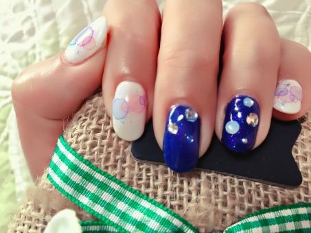 ネイル ジェルネイル nail ネイルサロン 紺色 ブルー 水滴模様 梅雨仕様 梅雨ネイル 白 ピンク 水色 指 爪 ゆび つめ 女性 パーツ 屋内 クッション