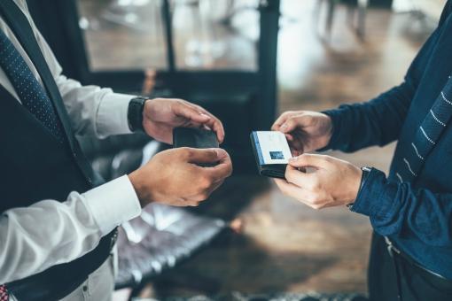 名刺交換をする会社員6の写真