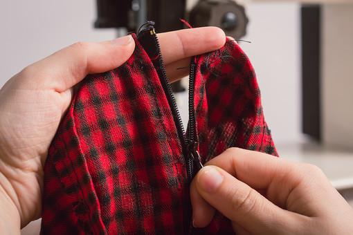 ソーイング 縫い物 裁縫 洋裁 手芸  手仕事 裁縫道具 裁縫用品 アップ 素材  趣味 ハンドメイド ホビー 生活 暮らし  小物 手縫い ファッション 縫う 針仕事 手 手元 部分 パーツ ファスナー チャック 洋服 衣服