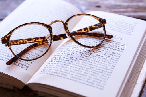 洋書 本 英語 英文字 文字 読書 メガネ めがね 眼鏡 ひとやすみ ひと休み 休けい