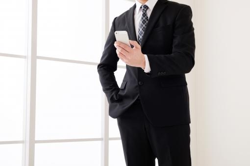 ビジネスマン スマートフォン スマホ ビジネス 男性 人物 ボディパーツ 日本人 スーツ 窓 窓際 紺 会社員 サラリーマン 電話 通信 ネット 検索 確認 ネクタイ シャツ 携帯電話 携帯 操作 ボディ コピースペース 明るい 白 自然光 休憩 リクルート メール ビジネスシーン 就職 転職 仕事 アプリ インターネット web