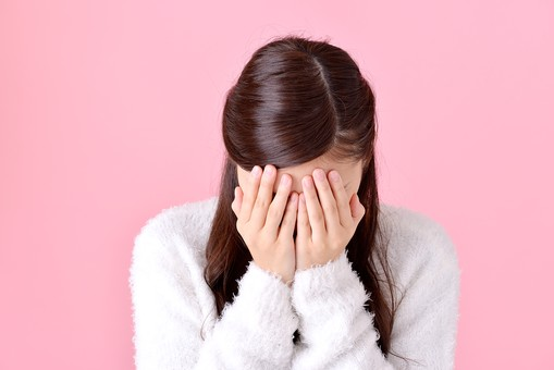 人物 女性 日本人 若者 若い  20代 美人 かわいい ロングヘア カジュアル  ラフ 私服 セーター ニット 屋内  スタジオ撮影 背景 ピンク ピンクバック ポーズ  おすすめ 上半身 正面 泣く 顔を伏せる 悲しい 辛い 顔を隠す mdjf007