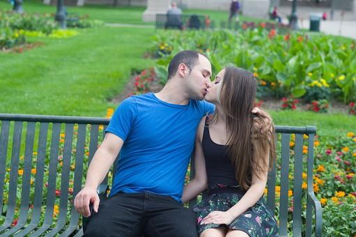 屋外 公園 夏 人物 外国人 女性 ロングヘアー 男性 大人 2人 若い 若者 20代 カップル 夫婦 ペア 恋人 リラックス 愛情 接近 触れる 触れ合う ベンチ 椅子 座る  並ぶ LOVE 愛してる 好き 手を回す 肩を抱く  キス 抱擁 デート ラブラブ mdff023 mdfm013