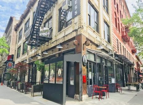 明るいニューヨークの街角とオープンカフェの写真