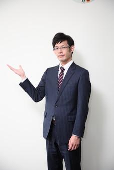 男性 ビジネスマン 営業 会社員 サラリーマン 社員 男 ビジネス 案内 コピースペース メガネ めがね 眼鏡 おすすめ お勧め お薦め 手 Men 男子  20代 30代 ビジネススーツ 背広 ネクタイ シャツ  室内 ジャケット 出勤 勤務 働く メガネ 背景白 若い 日本人 mdjm019