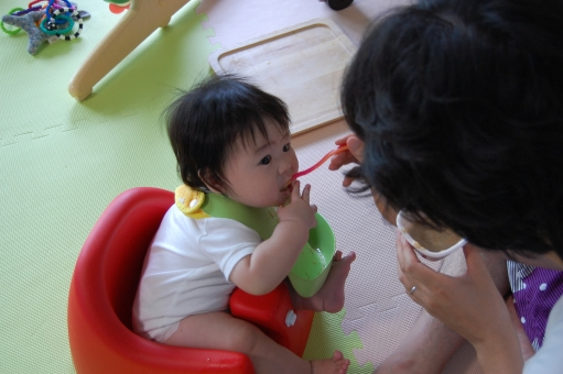 日本人 赤ちゃん 赤ん坊 赤子 ベイビー べビー 子供 子ども こども 乳幼児 乳児 男児 男子 男の子 子育て 育児 離乳食 栄養 アレルギー お粥 粥 スプーン スタイ よだれかけ 食事 食べる 飲み込む 飲む ごっくん ゴックン 美味しい 父親 父 パパ お父さん イクメン 育メン 家族 親子