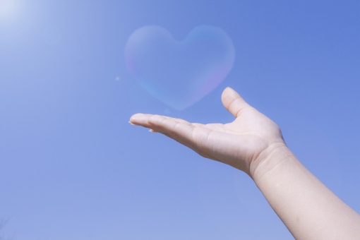 しゃぼんだま 手 腕 青空 空 大空 晴れ 快晴 sky 女性 女性の腕 掌 てのひら 手のひら 手の平 光 思い 想い 受け取る ギフト 輝き 夢 未来 指 希望 ハート 気持ち 心 こころ