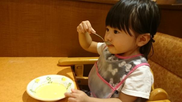 食事 ファミレス 幼児 子供 上手 ファミリーレストラン エプロン スプーン 二歳 2才 girl child kids family restaurant soup apron dinner japanese 日本人 育児 アレルギー 好き嫌い スープ 女の子 園児