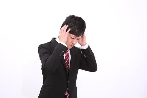 サラリーマン 男 男性 会社員 若者 男子 青年 スーツ 部下 ネクタイ 背広 営業 営業マン 社会人 ビジネスマン ビジネス 人物 社員 日本人 新入社員 20代 仕事 真面目 頭を抱える 悩む 失敗 スタジオ 白バック 白背景 若い mdjm004