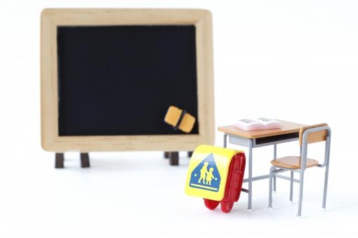 ランドセルと教室の写真