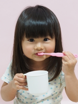 女児 日本人 パジャマ 3才 三歳 girl japanese brushing toothbrush 歯ブラシ コップ 背景無し 寝具 pajamas 幼児 歯磨き 園児 女の子 虫歯