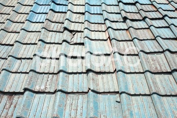 老朽化した屋根の写真