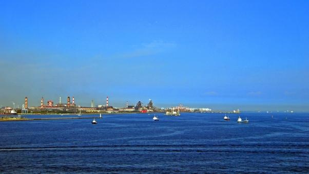 工場と海の写真