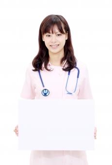 女性 看護師 ナース 若い 人物 医療 福祉 ビジネス 看護婦 聴診器 かわいい 可愛い 仕事 笑顔 20代 二十代 白衣 明るい 美人 ポートレート モデル 清潔 病院 介護 クリニック 受付 ほほえみ ほほえむ 微笑み 微笑む にこやか さわやか 朗らか インフォメーション 案内 示す コピースペース コミュニケーション ボード ホワイトボード メッセージボード メッセージ 空白 空間 余白 白 白色 イメージ 紙 情報 広告 看板 説明 サービス 表示 標示 持つ 白バック 白背景 一人 1人 日本人 スタジオ スタジオ撮影