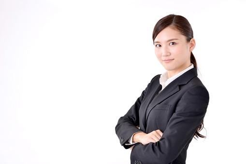 人物 日本人 女性 若い 若者   20代 スーツ 就職活動 就活 就活生   社会人 OL ビジネス 新社会人 新入社員   フレッシュマン ビジネスマン 面接 真面目 清楚  屋内  白バック 白背景 上半身 横向き 腕組み 腕を組む 自信 mdjf007