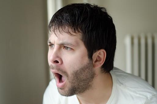 男 男性 男子 メンズ Men 30代 40代 Tシャツ ティーシャツ 髭 ひげ 顎鬚 口髭 口ひげ ヒゲ 外国人 外国 外人 室内 屋内 部屋 ルーム room 驚く ビックリ 驚愕 驚嘆 吃驚 怒る おこる しかめっ面 顰める 眉間 mdfm053