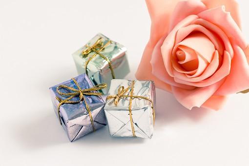 箱 小箱 プレゼント 贈り物 手土産 土産 ゴールド  金色 シルバー 銀色 ブルー 青 光沢 ギフト 贈答品 印象的 おくり物 3個 ボックス 屋内 人物なし 物撮り 包装紙 紙 置く 接写 ズーム アップ 反射 高級感 バラ ばら 薔薇 花びら 造花 ピンク
