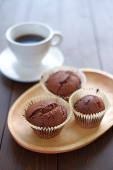 マフィン 焼き菓子 お菓子 オーブン 料理 木 皿 カップケーキ コーヒー コーヒータイム おやつ チョコ チョコレート チョコレートマフィン