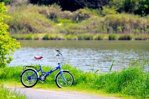 自転車 湖 川 川辺 草 木 自然 植物 レトロ 古い おしゃれ 思い出 懐かしい イメージ 楽しかった サイクリング エコ 乗り物 夏 アンティーク 壁紙 初夏 青 緑 水 日差し 太陽 晴れ 快晴 春 田舎 郊外 休日 休み 日曜 土曜 祝日