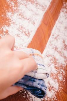 クリーナー 汚れ 木目 床 テーブル 机 屋内  掃除 洗剤 洗う 家庭 清潔 綺麗 きれい 家事 濯ぐ 衛生 労働 クローズアップ タオル 布 雑巾 チェック 青 緑 赤 片手 掴む 握る 擦る 拭き取り 粉 白 クレンザー