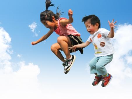 子供 子ども ジャンプ 遊ぶ 空 雲 夏 女の子 男の子 飛ぶ 跳ぶ 小学生 幼児 屋外 外 イメージ 元気 楽しい 笑顔 笑う