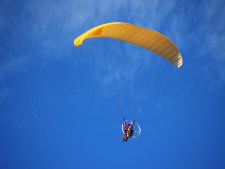 黄色 飛ぶ 飛翔 パラグライダー プロペラ 自由 気持ちいい 高く 操る ゆったり エンジン 動力 青空