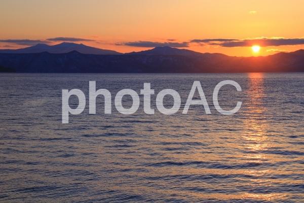 夕日と支笏湖の写真
