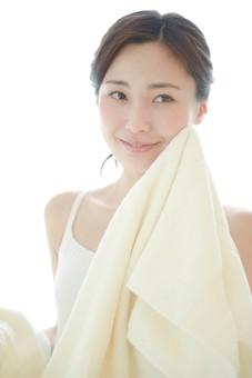 日本人 女性 女 30代 アラサー 白バック 白背景 白 キャミソール キャミ ポニーテール 一つ結び 茶髪 ヘアカラー カラー ヘア 髪 ナチュラル スキンケア 肌 肌年齢 年齢 透明感 くすみ シミ しみ 顔 フェイス 美肌 美白 ホワイトニング  すっぴん スッピン 素肌 洗顔 顔を洗う 拭く タオル フェイスタオル 清潔 清潔感 笑顔 スマイル 微笑み mdjf013
