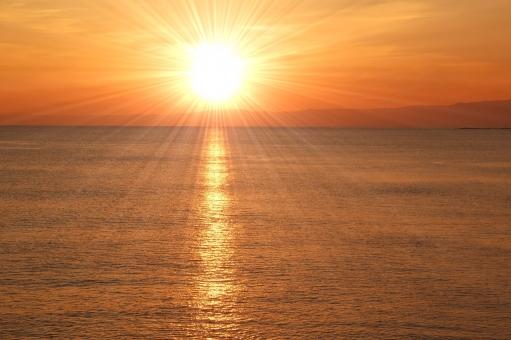 日の出 海 オレンジ 晴天 光芒 背景 テクスチャー 雲,天使の梯子,光芒,薄明光線,うみ,海,海岸,海辺,浜,砂浜,景色,風景,自然,爽やか,湘南,神奈川,ビーチ,波,飛沫,しぶき,海面,水面,水,風,海水浴,夏,リゾート,癒し,環境,空,雲,サーフィン,サーファー,ボード,人物,早朝,爽やか,スポーツ,マリンスポーツ,湘南,神奈川,ビーチ,波,ウェーブ,海水浴,空,早朝,夜明け,グラデーション,青,オレンジ,青春,スポーツマン,趣味,情熱,アクティブ,余暇,挑戦,自然,さざ波,ナチュラル,暗い,湘南,