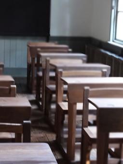授業  校舎 小学校 中学校  学校,, 小学校,, 昭和,, レトロ,, 小学生,, 中学生 高校生 大学生,, 高校生,, 学校生活 学びや,, 木の机,, 木製机,, 勉強 校舎 学び舎,, 学習,, 椅子 いす イス,, 同級生 下級生,, 卒業生,, 同窓会,, 生徒 先生,, 学生,, 授業,, 窓辺,, 初恋,, 放課後,, 懐かしい,, 隣の席,, 席順,, 席替え,, 出席,, 学級会,, クラス,, 思い出 想い出, 黒板, 床, 廊下, チャイム