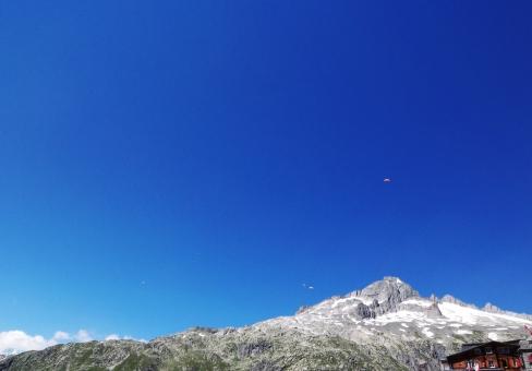 空 青 パラグライダー グライダー スイス 雪山 夏 スポーツ 海外旅行 ポストカード 風景 Switzerland