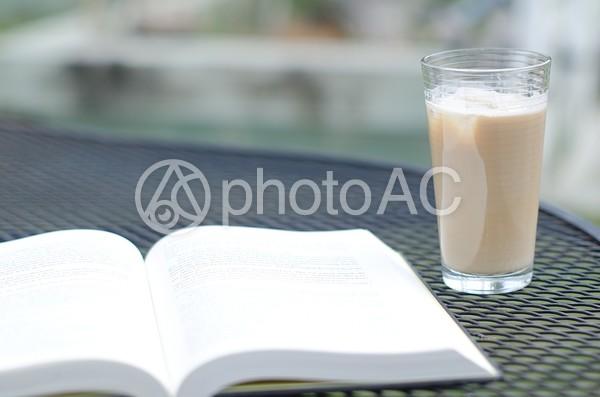 本とアイスコーヒー1の写真