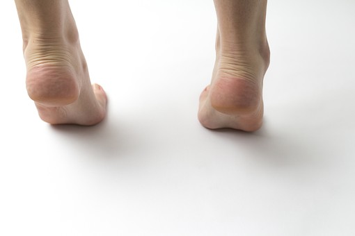 足 脚 あし フット 生足 裸足 素足 女性 女 女子 ウーマン 立つ 起立 20代 30代 足元 フットケア 両脚 両足 人物 若い 若者 美容 ヘルスケア おしゃれ お洒落 白背景 後ろ姿 後ろ姿 アキレス腱 踵 かかと 足の爪 肌 スキンケア 足の裏 ファッション