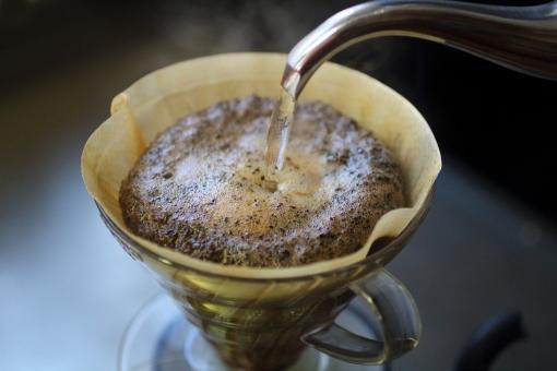 コーヒー coffee カフェ 香り 薫り コーヒー豆 コーヒーフィルター ペーパーフィルター 焙煎 ドリップ ドリップコーヒー キッチン ペーパードリップ ひととき 一息 休憩 湯気 ほのかな ブラックコーヒー カフェオレ