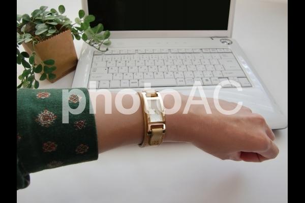 腕時計を見る女性の写真