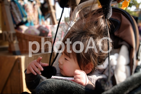静電気で髪が大変なことになる子供の写真