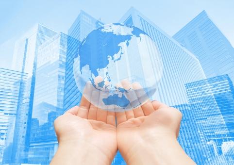 ビジネスの国際化-グローバルネットワークを手の平に乗せての写真