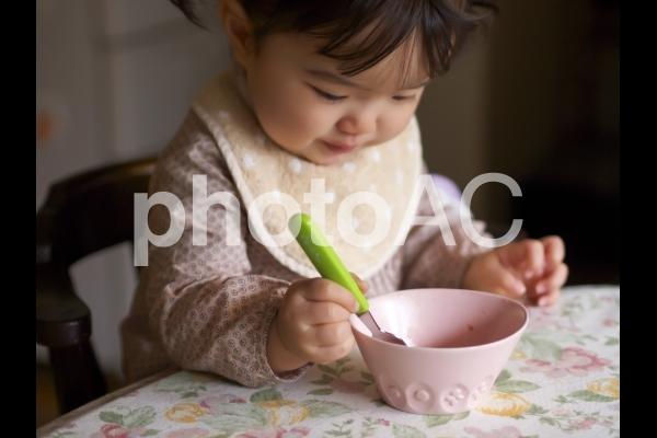 子どもの食事風景の写真