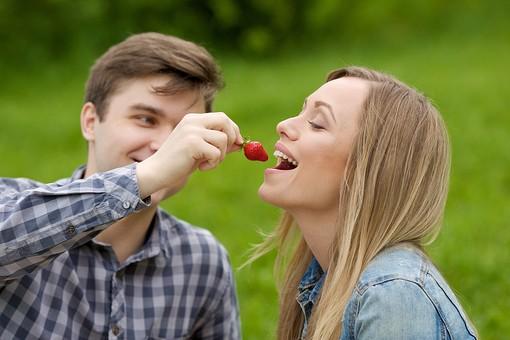 ピクニック お出かけ 食べ物 果物 自然 公園 パーク デート カップル 恋人 外国人 男 男性 女 女性 彼氏 彼女 上半身 笑顔 スマイル 笑う いちご 苺 イチゴ 摘む 持つ ラブラブ 食べる 食べさせる 接写 クローズアップ 横顔 目を閉じる 目をつぶる ピクニックデート フルーツ mdfm038 mdff095