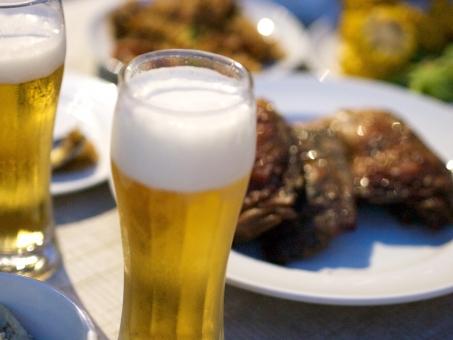 ビアガーデン ビール パーティー 食事 飲み会 忘年会 ディナー 新年会 鶏肉 ジョッキ グラス 宴会 泡 乾杯 ワイワイ 楽しい お皿 メニュー 料理 おもてなし 屋上 ガーデン ビアパーティー おつまみ 取り皿 わいわい 盛り上がる 楽しむ テーブル 食卓