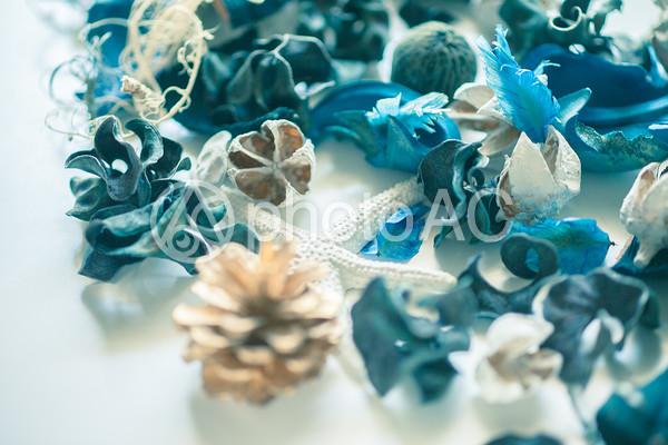 青い花びらのデコレーション2の写真