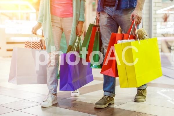 ショッピングする男女15の写真